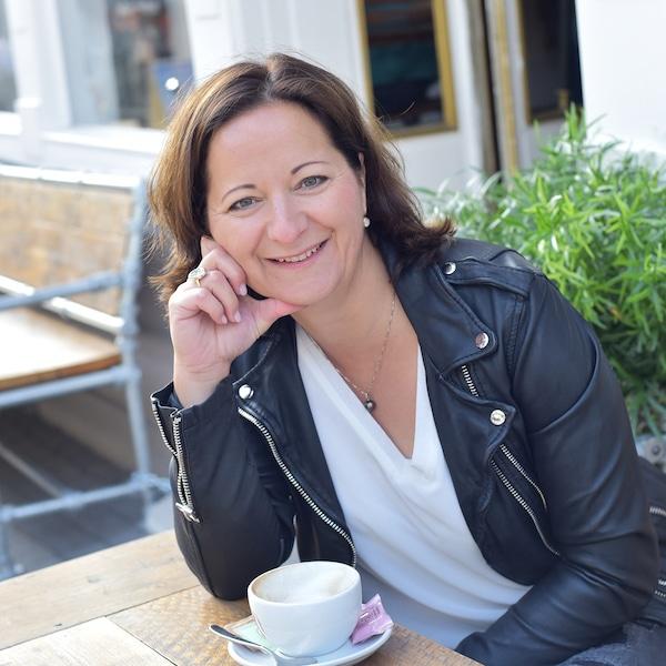 Stefanie-Voss-Speaker-Coach-beim-Kaffeetrinken
